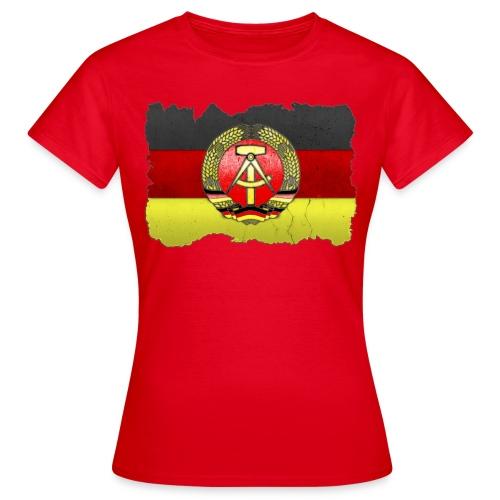 DDR Wappen mit Deutschland Fahne in Stein gemeißelt Shirt - Frauen T-Shirt