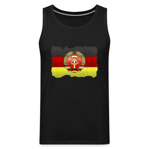 DDR Wappen mit Deutschland Fahne in Stein gemeißelt Tank Top - Männer Premium Tank Top