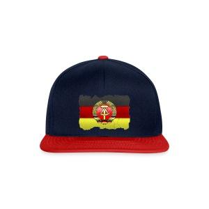 DDR Wappen mit Deutschland Fahne in Stein gemeißelt Snapback Cap - Snapback Cap