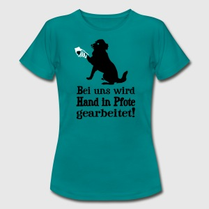 Hund - Hand in Pfote T-Shirts - Frauen T-Shirt