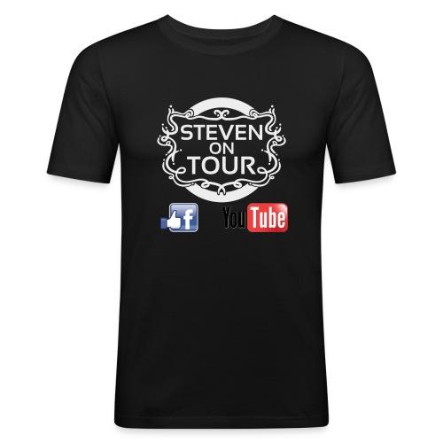 Steven on Tour T-Shirt Männer Slim schwarz, Logo weiß vorne - Männer Slim Fit T-Shirt