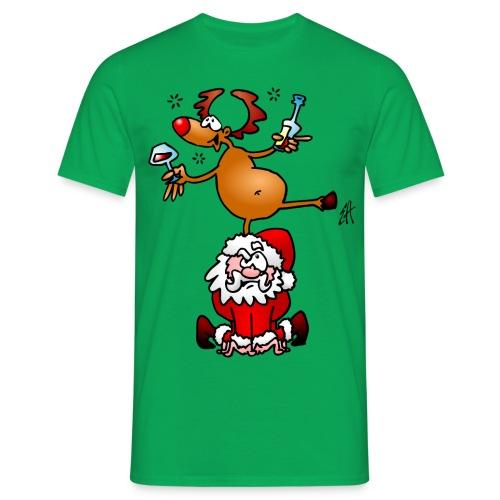En ren med en drink på jultomten. T-shirts - Men's T-Shirt