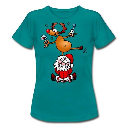 En ren med en drink på jultomten. T-shirts - Women's T-Shirt