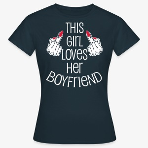 This Girl loves her Boyfriend Mittelfinger Hände T-Shirt - Frauen T-Shirt