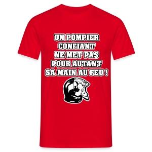 UN POMPIER CONFIANT NE MET PAS POUR AUTANT SA MAIN AU FEU - JEUX DE MOTS - FRANCOIS VILLE - T-shirt Homme