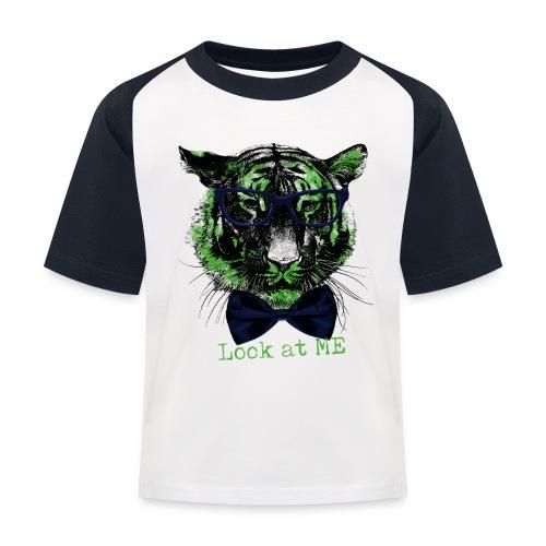 Kinder Baseball T-Shirt - Look at me - mit diesem coolen Motiv auf deinem Shirt erregst du  mit Sicherheit die gebührende Aufmerksamkeit :-)  Auch ein witziges Geschenk zur Einschulung oder einem anderen besonderen Anlass.
