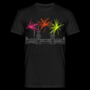 Feuerwerk Silvester an der Oberbaumbrücke Berlin - Männer T-Shirt