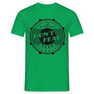 Don't fear, the drummer is here. s/w (Shirt) - Männer T-Shirt
