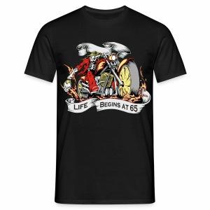 Life begins at 65 (R10) - Men's T-Shirt