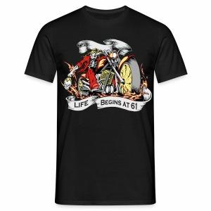 Life begins at 61 (R10) - Men's T-Shirt