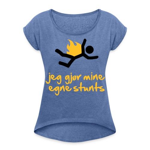 Jeg gjør mine egne stunts - T-skjorte med rulleermer for kvinner