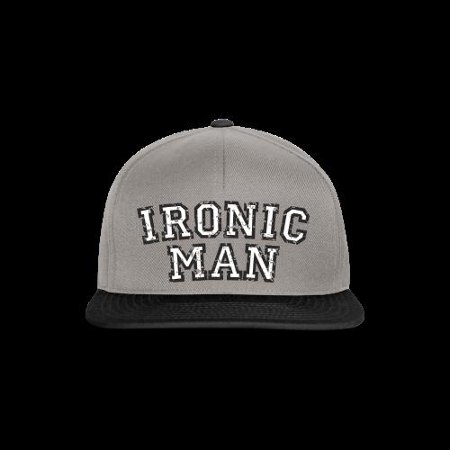 Ironic Man T-Shirt (Grün) Rücken - Snapback Cap