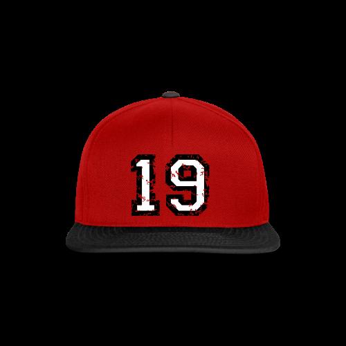 Rückennummer 19 T-Shirt (Herren Rot) - Snapback Cap