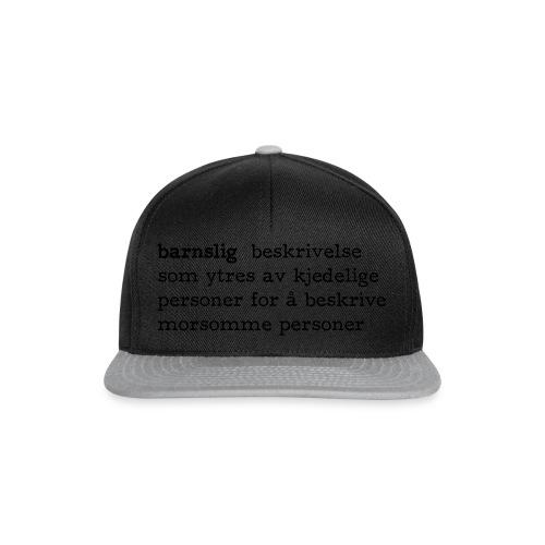 Barnslig ordbokdefinisjon fra Det norske plagg - Snapback-caps