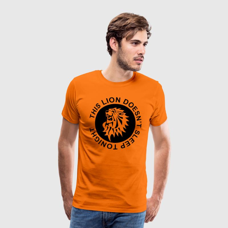 This lion doesn't sleep tonight: Koningsnacht T-shirts - Mannen Premium T-shirt