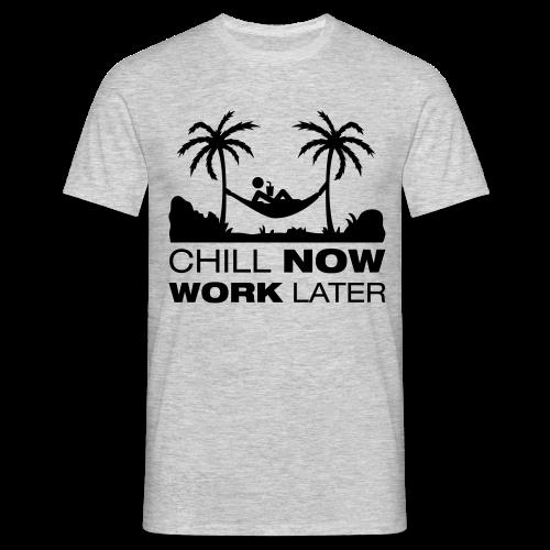 Chill now work later - Männer T-Shirt