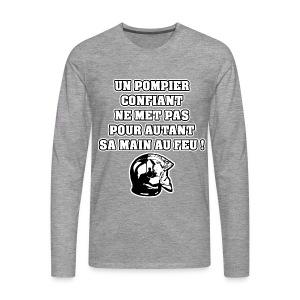 UN POMPIER CONFIANT NE MET PAS POUR AUTANT SA MAIN AU FEU - JEUX DE MOTS - FRANCOIS VILLE - T-shirt manches longues Premium Homme