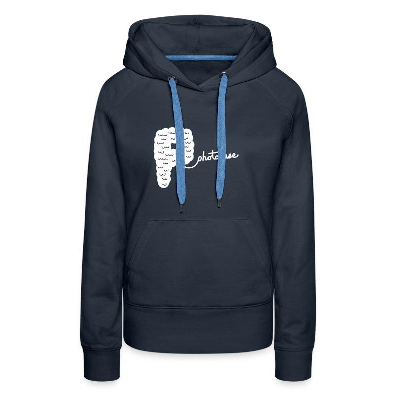 Frauen Premium Hoodie - Der Hoodi ist dunkelblau. Der Aufdruck ist lavendel und im Flockdruck aufgebracht.