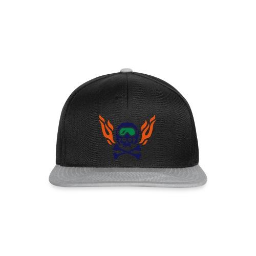 Totenkopf mit Skihelm, Skibrille und Flammen - Snapback Cap