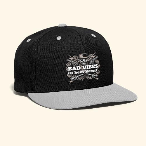Sprüche T Shirt Bad Vibes ist kein Kurort - Kontrast Snapback Cap