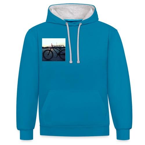 Motyw 2 - Bluza z kapturem z kontrastowymi elementami