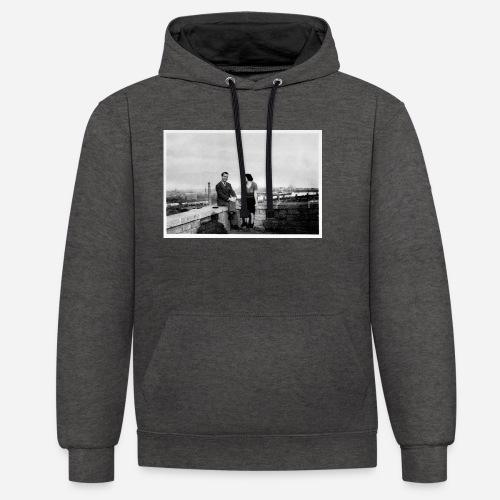 Verliebtes Paar auf Mauer sitzend | Vintage Shirt - Kontrast-Hoodie