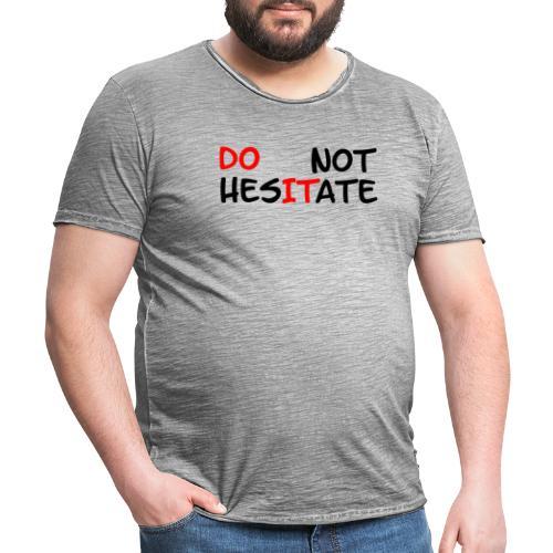 T-Shirt mit der Aufschrift Do not hesitate - Männer Vintage T-Shirt