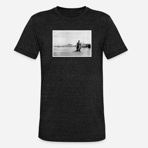 Foto   Vintage   Mann in Anzug sitzend vor Hafen - Unisex Tri-Blend T-Shirt von Bella + Canvas
