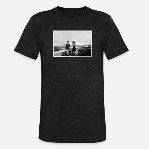 Verliebtes Paar auf Mauer sitzend   Vintage Shirt - Unisex Tri-Blend T-Shirt von Bella + Canvas