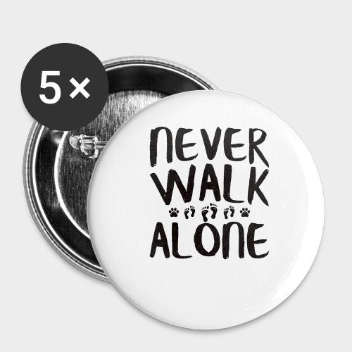 NEVER WALK ALONE | Hunde Sprüche Fußabdruck Pfote - Buttons groß 56 mm (5er Pack)