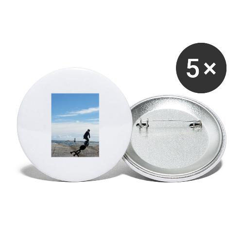 Stefan riding rocks by the sea with shadow logo - Stora knappar 56 mm (5-pack)