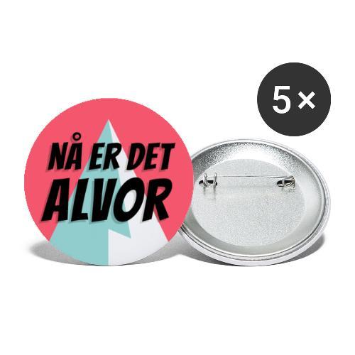 NÅ ER DET ALVOR Logo - Stor pin 56 mm (5-er pakke)