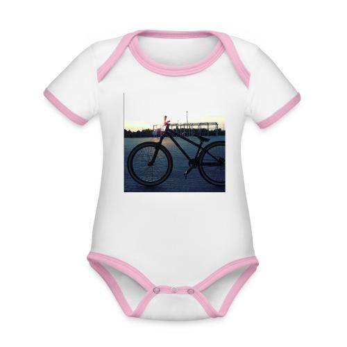 Motyw 2 - Ekologiczne body niemowlęce z krótkim rękawem i kontrastowymi lamówkami