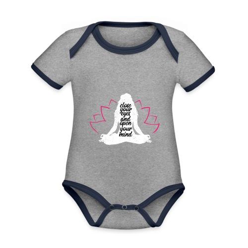 close your eyes white yoga peace love sport art - Body da neonato a manica corta, ecologico e in contrasto cromatico
