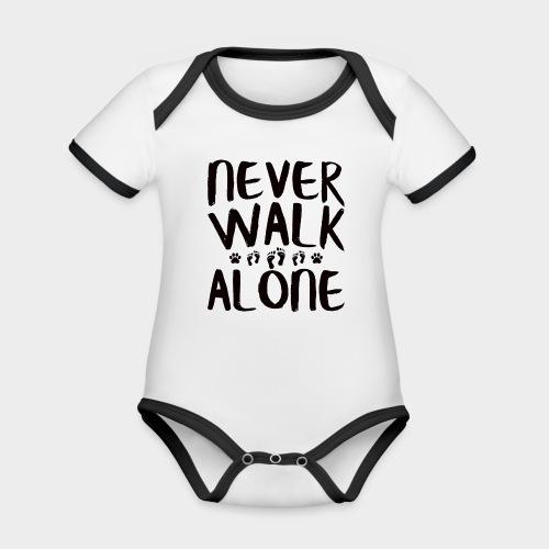 NEVER WALK ALONE   Hunde Sprüche Fußabdruck Pfote - Baby Bio-Kurzarm-Kontrastbody