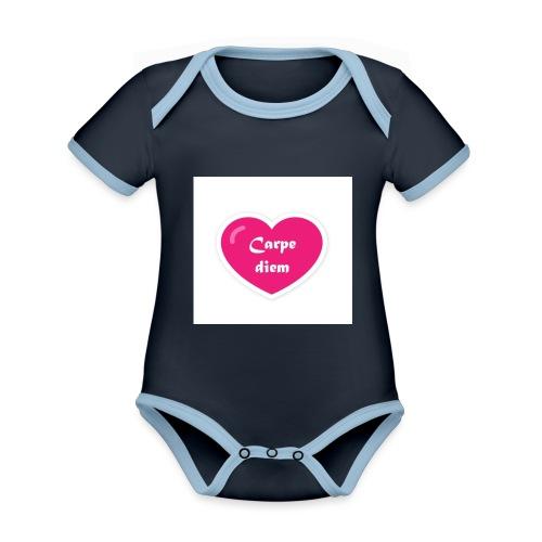 Spread shirt hjärta carpe diem vit text - Ekologisk kontrastfärgad kortärmad babybody