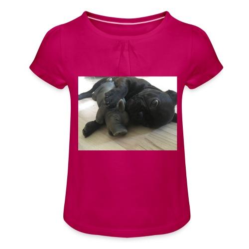 kuschelnder Hund - Mädchen-T-Shirt mit Raffungen