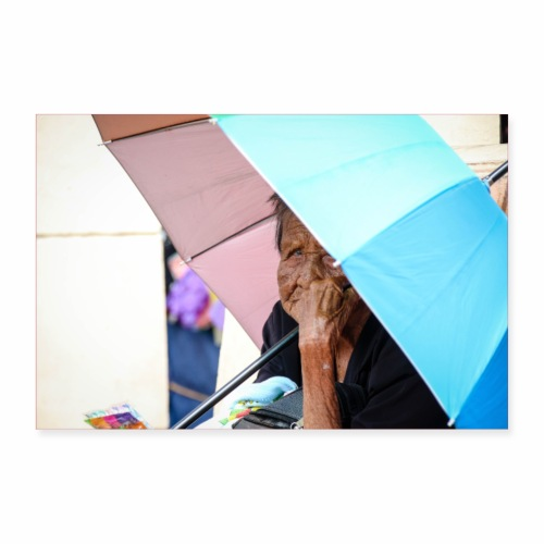 Frau Oma Sonnenschirm Regenschirm Urlaub Falten - Poster 90x60 cm
