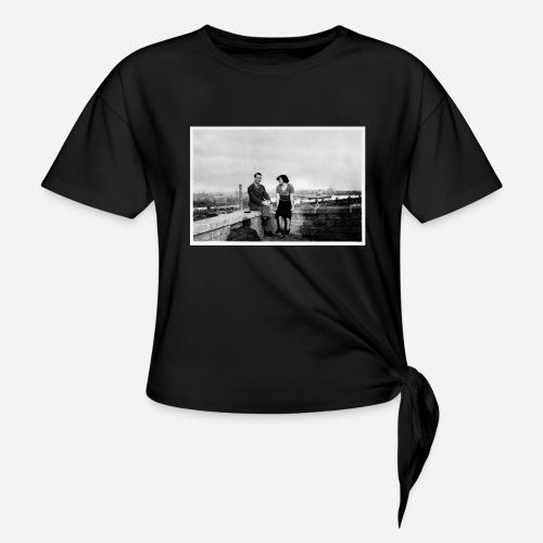 Verliebtes Paar auf Mauer sitzend   Vintage Shirt - Frauen Knotenshirt