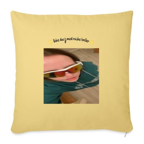 Ikke Dusj med raske briller - Sofapute med fylling 44 x 44 cm