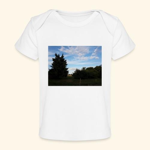 Feld mit schönem Sommerhimmel - Baby Bio-T-Shirt