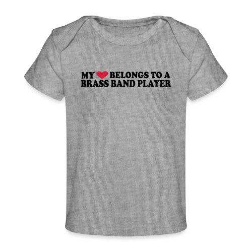 MY HEART BELONGS TO A BRASS BAND PLAYER - Økologisk baby-T-skjorte