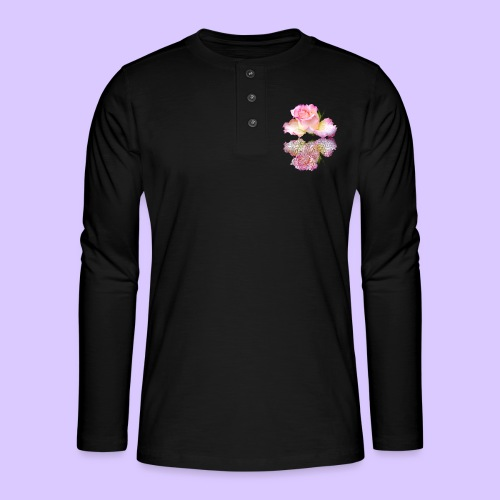 pinke Rose mit Regentropfen im Spiegel, rosa Rosen - Henley Langarmshirt