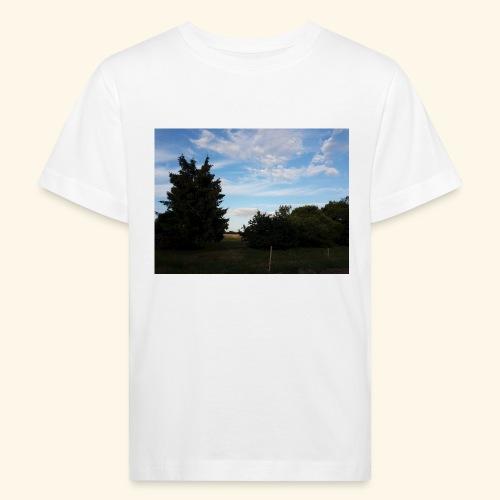 Feld mit schönem Sommerhimmel - Kinder Bio-T-Shirt