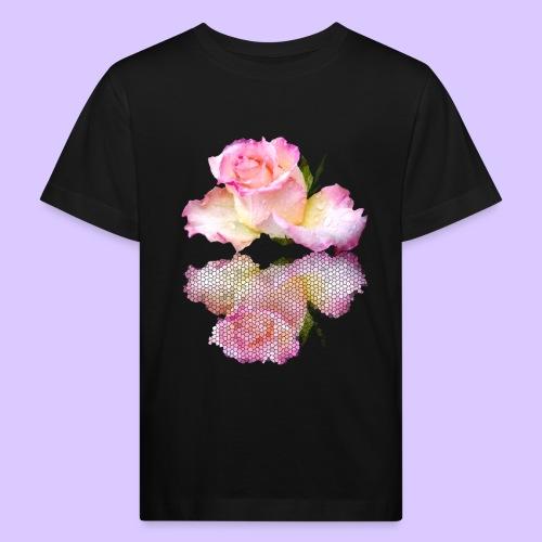 pinke Rose mit Regentropfen im Spiegel, rosa Rosen - Kinder Bio-T-Shirt