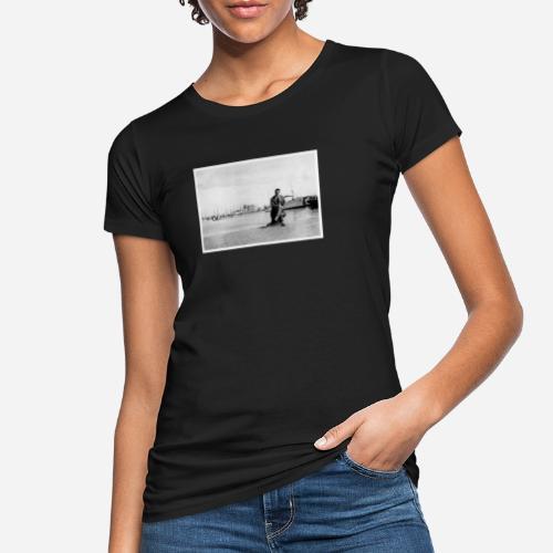 Foto | Vintage | Mann in Anzug sitzend vor Hafen - Frauen Bio-T-Shirt