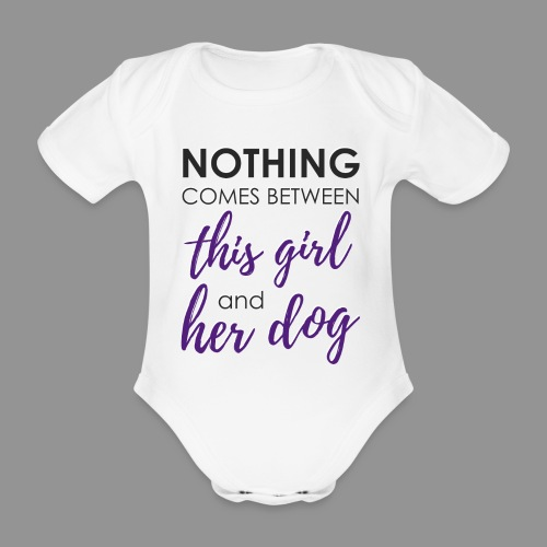 Nothing comes between this girl her and her dog - Organic Short-sleeved Baby Bodysuit