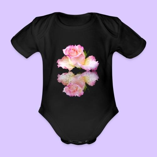 pinke Rose mit Regentropfen im Spiegel, rosa Rosen - Baby Bio-Kurzarm-Body