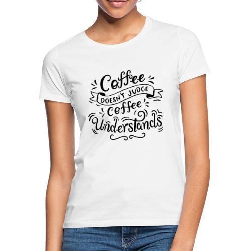 coffee doesnt judge Design - Frauen T-Shirt