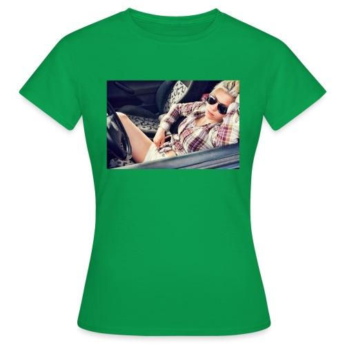 Cool woman in car - Women's T-Shirt